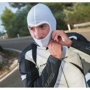 Moto kukla pod helmu bílá